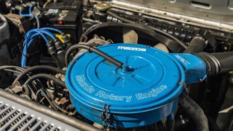 Hier geht's rund: Doch nur der Hinweis auf dem blauen Luftfilterkasten («Mazda Rotary Engine») dürfte dem Laien einen Hinweis auf den Wankelmotor verraten.