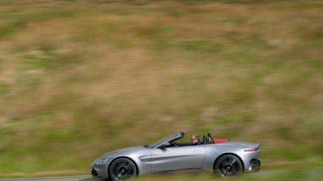 Ausreichend motorisiert und mit klassischer Silhouette: Der V8 im Aston Martin Vantage Roadster leistet über 500 PS.