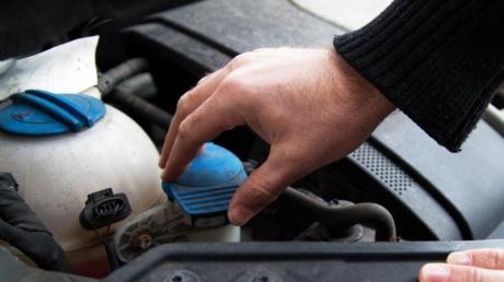 Flüssig in den Frühling: Die Stände von Öl, Kühl- und Wischwasser gehören zum Check.