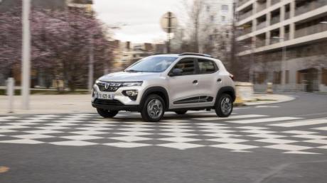 Mit dem Spring möchte Dacia die E-Mobilität für jedermann bezahlbar machen. Bei Lenkung, Getriebe und Komfort müssen Käufer allerdings einige Abstriche machen.