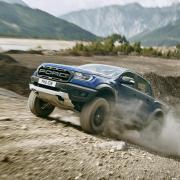 Spektakulär: Auf grobstolligen Reifen klettert der Ford Ranger Raptor einen Hügel hinauf.