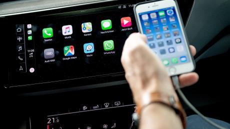 Erleichtert das Zusammenspiel: Moderne Autos, die mit Apple Car Play (Bild) oder Android Auto ausgerüstet sind, schaffen es viel besser, das Smartphone ins Fahrzeug zu integrieren. Das hilft auch bei der Sprachsteuerung.