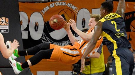Ulms Per Günther wird im Pokal-Halbfinale gegen Oldenburg hart von Armani Moore angegangen.