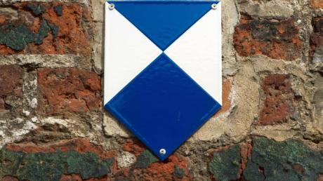 Einige denkmalgeschützte Gebäude in Deutschland sind mit einem speziellen blau-weißen Schild gekennzeichnet. Für den Umbau unter Denkmalschutz stehender Häuser sind oft strenge Auflagen zu berücksichtigen.