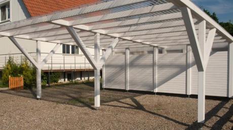 Der Carport wirkt filigraner als eine geschlossene Garage. Damit passt er sich besser in die Landschaft ein und verändert den Charakter des Grundstücks kaum. Foto:Living Art/SPAX
