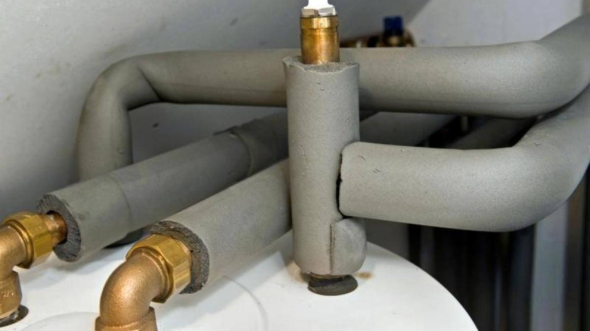 Frei liegende Heizungsrohre mit Rohrschalen isolieren - Augsburger Allgemeine