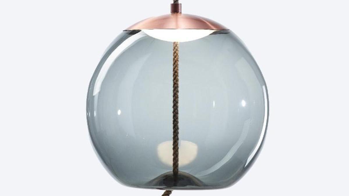 federleichte leuchten: imm cologne: runde glaslampen schweben durch