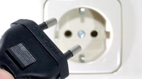Einen Stromschlag hat ein 18-jähriger Arbeiter am Donnerstag in einem Baustoffzentrum an der Industriestraße in Diedorf erlitten.