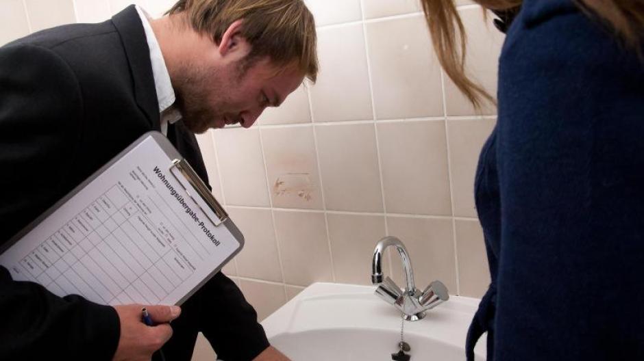 Ist Das Waschbecken In Ordnung? Gibt Es Schäden Sollten Diese Im  Übergabeprotokoll Festgehalten Werden.