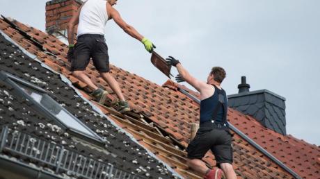 Vorsicht ist geboten, wenn nach Unwettern angebliche Handwerker vor der Tür stehen und das Dach reparieren wollen.