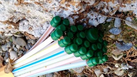 Wer bislang noch nicht an die Glasfaser-Leitungen angebunden ist, bekommt solche Rohre mit der sogenannten Erdrakete oder mit einem Spülbohrer durch den Gartenboden bis zur Hauswand verlegt.