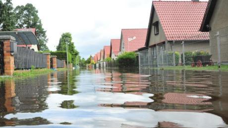 Stark- und Dauerregen, der Straßen und Häuser flutet, ist in Deutschland keine Seltenheit mehr. Foto: Georg-Stefan Russew/dpa-Zentralbild/dpa-tmn