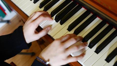 Das musizieren in den eigenen vier Wänden ist zwei bis drei Stunden an Werktagen und ein bis zwei Stunden an Sonn- und Feiertagen erlaubt. So lautet zumindest ein grober Richtwert des BGH.