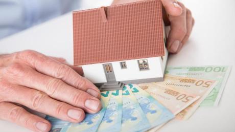 Für den Kauf des eigenen Hauses nehmen Verbraucher in der Regel einen Kredit auf. Am Ende der Laufzeit lohnt es sich, Angebote genau zu vergleichen.
