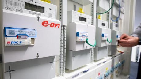 Intelligente Messsysteme für Strom des Energieversorgers Eon, ausgerüstet mit LTE Smart Meter Gateways, sind in einem Prüf- und Testsystem zu sehen.
