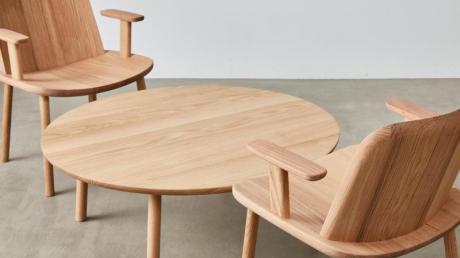 Kombination aus zwei Stühlen und einem Beistelltisch, die auf der Kölner Möbelmesse IMM zu sehen sein wird.