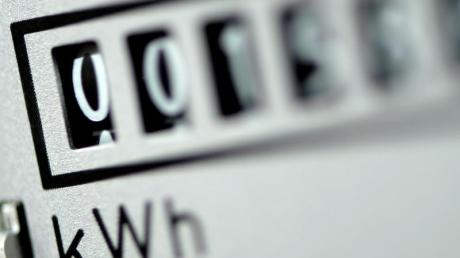 Der Strompreis steigt und steigt und steigt - auch wegen der Energiewende. Größere Haushalte in Deutschland zahlen erstmals im Durchschnitt mehr als 30 Cent für eine Kilowattstunde Strom.