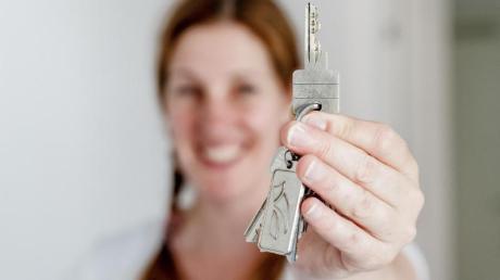 Das eigene Zuhause können Singles auch alleine finanzieren. Dabei sollten sie aber einen finanziellen Puffer einplanen.