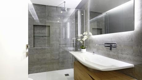 Ein großer Spiegel verdoppelt quasi den Raum und vermittelt daher ein Gefühl der Tiefe.