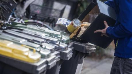 Besonders in der Corona-Krise, ist es wichtig, überquellende Mülltonnen zu vermeiden. Damit es nicht zu einer Überlastung der Restmüllentsorgung kommt, sollten Menschen weiter den Müll sorgfältig trennen. (Symbolbild)