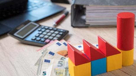 Die Baufinanzierung sollte nicht zu knapp geplant werden. Das kann Käufern bei der Anschlussfinanzierung auf die Füße fallen.