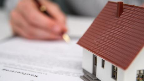 Bei dem Verkauf einer Immobilie muss der Auftraggeber künftig die Hälfte der Maklerkosten übernehmen.