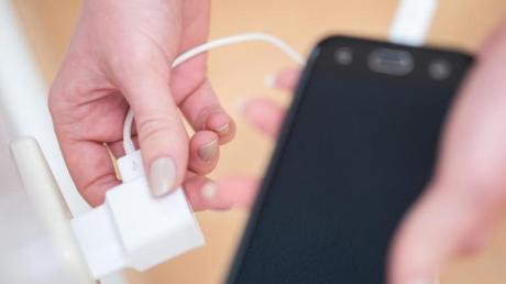 Ein 14-Jähriger ohne festen Wohnsitz lädt im Gebäude der Sendener Sparkasse sein Handy. Das ruft die Polizei auf den Plan.