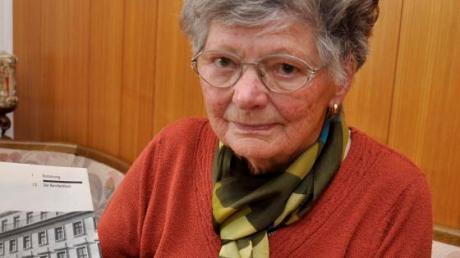 Dora Otto, heute 94, in ihrem Wohnzimmer in Buchdorf.