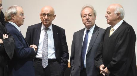 August Inhofer (2. v. r.) kann Geschäftsführer von Inhofer bleiben. Links im Bild: Prof. Eckhart Müller, rechts Walter Lechner, dazwischen Firmenanwalt Alfred Sauter.