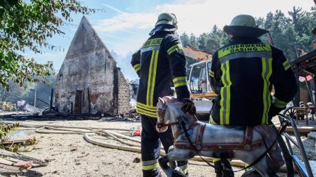 Mehr als 400 Feuerwehrleute waren im Einsatz, um den Brand in der Western-City bei Dasing zu löschen.