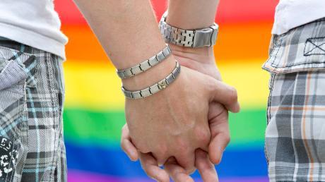 Entgegen dem Vatikan will Neu-Ulms Stadtpfarrer Karl Klein homosexuelle Paare weiter segnen.