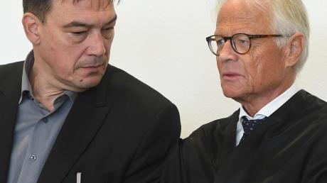 Der Ex-Abgeordnete und sein Verteidiger: Linus Förster (links) und Walter Rubach am Donnerstag im Gerichtssaal. Gestern sagten mehrere Opfer des früheren SPD-Politikers aus. Die Frauen bestätigten weitgehend die Anklagevorwürfe.