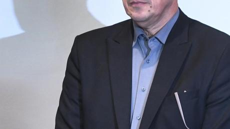 Der ehemalige SPD-Landtagsabgeordnete Linus Förster wenige Augenblicke vor dem Urteil. Das Gesicht ist wie versteinert. Förster wird vom Landgericht Augsburg zu drei Jahren und zehn Monaten Gefängnis verurteilt.