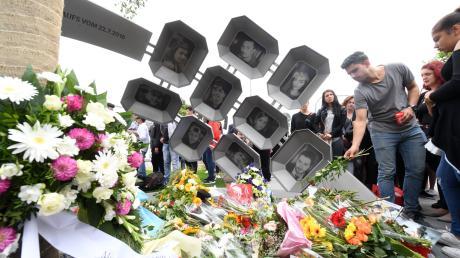 Ein Jahr nach dem Amoklauf wurde nahe des Münchner Olympia-Einkaufszentrums ein Denkmal eingeweiht.