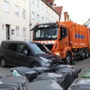 Ein Müllauto übersieht beim Rangieren einen Audi. Der Schaden ist laut Friedberger Polizei nicht unerheblich. (Symbolbild)