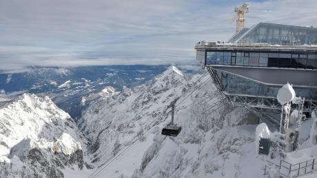 Mit einer Geschwindigkeit von fast 40 Stundenkilometern fährt die neue Rekord-Seilbahn von der Talstation in Grainau bis auf den Gipfel der Zugspitze, bekanntlich deutschlands höchster Berg. Die Teilnehmer der Jungfernfahrt am gestrigen Donnerstag zeigten sich begeistert.