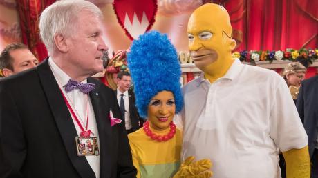 2017 kamen Markus Söder undseine Frau Karin als Homer und Marge Simpson - Ministerpräsidenten Horst Seehofer wie üblich im Smoking.