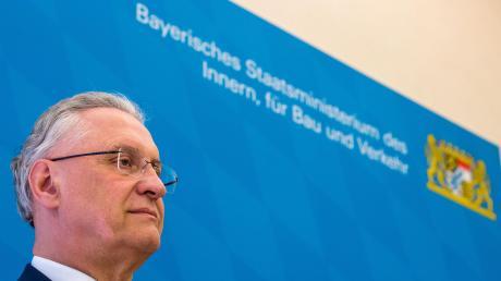 Der bayerische Innenminister Joachim Herrmann stellt am Dienstag die Halbjahresbilanz des Verfassungsschutzes vor.