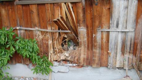 In der Wand des Holzhauses klafft nun ein Loch.