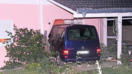 Steht ein blauer VW-Bus im Wohnzimmer: Mit diesem Fahrzeug ist ein 32-Jähriger ins Haus seiner ehemaligen Freundin gerast und hat sie anschließend attackiert.