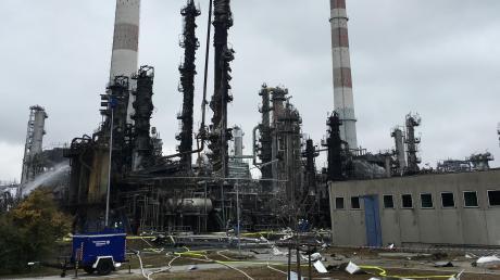Wie nach einem Flugzeugabsturz sieht es auf dem Raffineriegelände von Bayernoil in Vohburg aus. Auch am Montag liefen die Löscharbeiten noch.