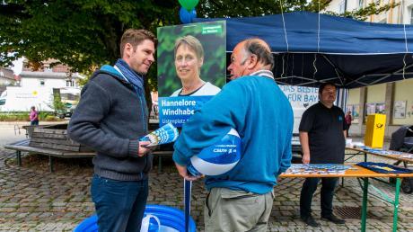 Reden, reden, reden: CSU-Wahlkämpfer haben derzeit keinen einfachen Job. Mitglied Gernot Zahn (links) mit einem Passanten auf dem Marktplatz von Lindenberg im Westallgäu.