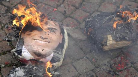 Ob es um Bildungs- oder Umweltschutzpolitik geht: Immer wieder verbrennen enttäuschte Fünf-Sterne-Anhänger Bilder von Parteichef Luigi Di Maio.
