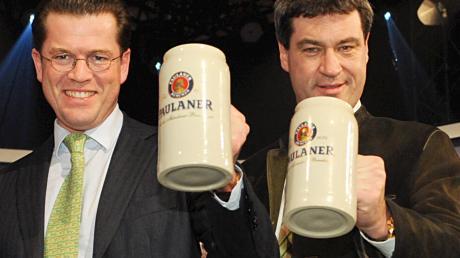 Werden keineFreunde mehr: Karl-Theodor zu Guttenberg (li.) undder bayerische Ministerpräsident und designierte CSU-Chef Markus Söder, hier 2010 auf dem Münchner Nockherberg gemeinsam auf der Bühne.