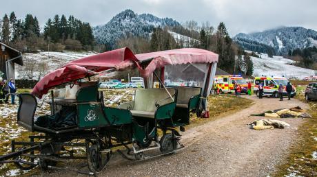 Bei einer Kutschfahrt im Allgäu sind am ersten Weihnachtsfeiertag 16 Menschen verletzt worden. Ein Pferd war durchgegangen und hatte damit den Zusammenstoß zweier Kutschen verursacht.