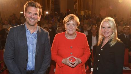 Alexandra Holland, Angela Merkel und Gregor Peter Schmitz beim Augsburger Allgemeine Forum live.