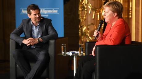 Gregor Peter Schmitz und Angela Merkel beim Augsburger Allgemeine Forum live in Augsburg.