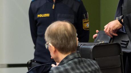 Ein Mann soll zwei Frauen bei München betäubt, gequält, vergewaltigt und schließlich getötet haben. Vor Gericht schwieg der 54-Jährige zu den Vorwürfen.