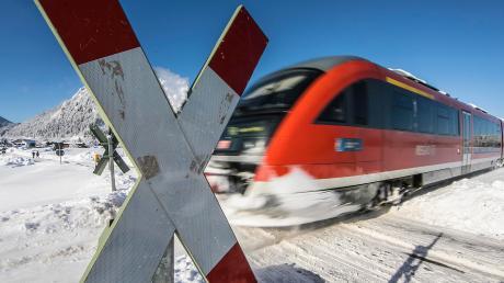 Vor rund zwei Wochen ist ein Mitarbeiter der Firma Deckel Maho bei einem Unfall an einem unbeschrankten Bahnübergang in Pfronten (Ostallgäu) ums Leben gekommen.