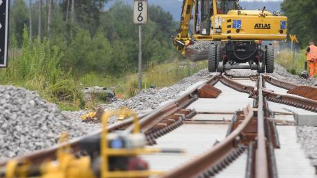 Die Deutsche Bahn (DB) will heute um 12.30 Uhr eine konkrete Empfehlung für den Verlauf einer möglichen neuen Bahntrasse im Inntal Richtung Brenner vorlegen.